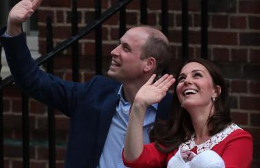 La duquesa Catalina de Cambridge y el príncipe Guillermo de Inglaterra, junto a su tercer hijo.