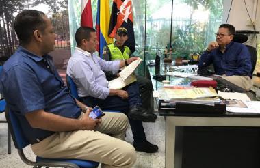 Imagen de la reunión entre el rector Prasca, seguridad de la 'alma mater' y la Policía.