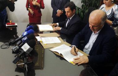 Los ministros de Justicia, Enrique Gil Botero, y del Interior, Guillermo Rivera, durante el acto.