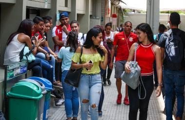 Estudiantes de la Uniautónoma caminando por uno de los pasillos de la 'alma mater'.