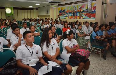 Estudiantes de diversos colegios en el séptimo foro.