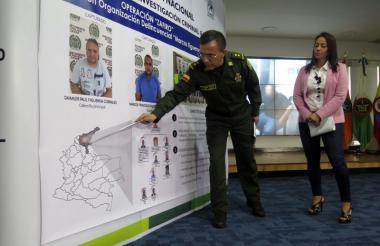 El director de la Dijín de la Policía, general Jorge Luis Vargas, muestra un dibujo de cómo se llevó a cabo la operación 'Zafiro'.