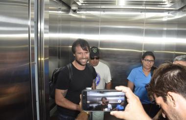 Fernando Cavenaghi se toma fotos con aficionados en el hotel en Barranquilla.