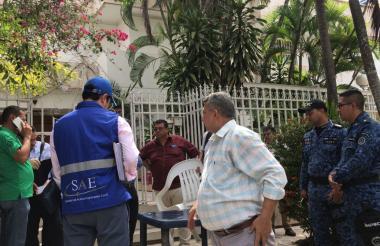 Momento de la diligencia de desalojo en la casa de Enilce López Romero.