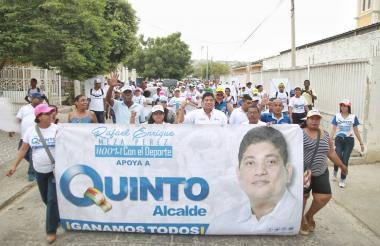 Simpatizantes marchan en una calle de Cartagena para mostrar su apoyo a Antonio Quinto Guerra, candidato a la Alcaldía.
