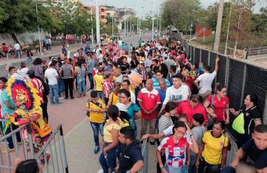 El público ingresando al estadio de la calle 72.