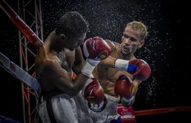 El boxeador Luis Lebrón impacta un gancho en el rostro de Luis Miguel Ruiz.