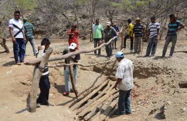 Un grupo de indígenas de la Alta Guajira intenta conseguir agua a través de la perforación de un pozo.