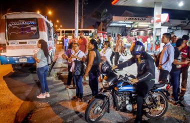 Habitantes de los municipios de la banda oriental esperan un bus en la calle 30 con carrera 21 a las 10:35 de la noche.