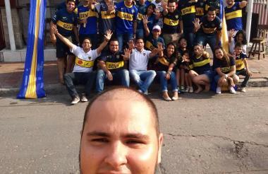 Ángel Ibáñez y una selfi con los seguidores de Boca.
