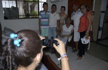 Un grupo de turistas se toma una foto con 'Mama Vila'.