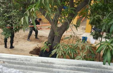 Agentes del CTI cuando realizaban la excavación en la casa vecina de Seiry.