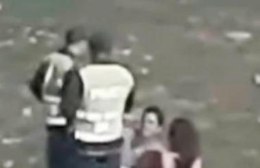 Las imágenes muestran también cuando efectivos de la Policía Nacional llegan a llamarles la atención.