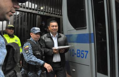 Jorge Luis Alfonso López es custodiado por un guardián del Inpec.