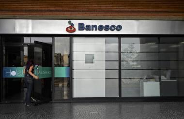Fachada de bancaria de Banesco en Caracas.