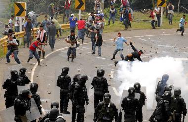 Enfrentamiento entre civiles y miembros del Esmad en una protesta.