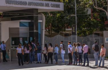 Estudiantes ingresando a la universidad.