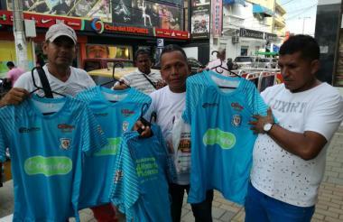 Los vendedores esperan hacer su agosto con las camisetas de Jaguares y Junior.