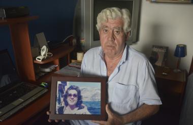 El periodista Paulino Tagle González  muestra una  foto de su hermana mayor, María del Carmen, la fiscal española asesinada por la banda terrorista  ETA.