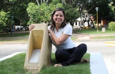 María Vargas con uno de sus productos.