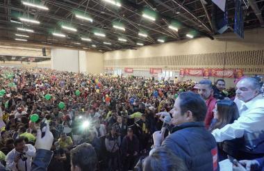 El candidato presidencial, con micrófono en mano y al lado de Aurelio Iragorri, se dirige a los asistentes al evento político organizado por el Partido de La U.