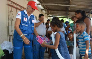 Patricia Maestre durante la entrega de juguetes a un grupo de niños.