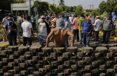 Un grupo de jóvenes bloquea una calle principal en Niquilohomo, Nicaragua.