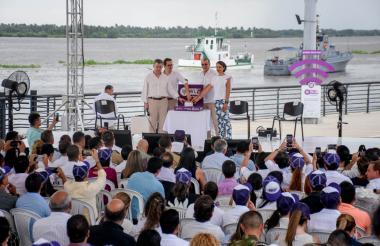 El presidente Juan Manuel Santos; el ministro de las TIC, Juan Rozo; el gobernador Eduardo Verano y la viceministra de Economía Digital, Juanita Rodríguez, activando las zonas Wi-Fi en el Gran Malecón del Río.
