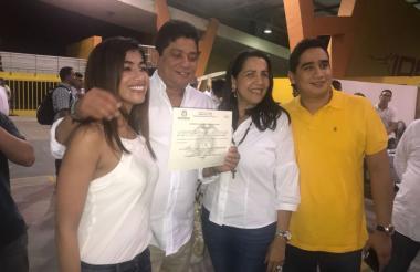 Antonio Quinto Guerra Varela con sus familiares y la credencial como alcalde de Cartagena.