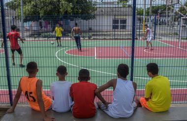Los jóvenes de La Magdalena se reunieron a jugar fútbol en el parque del barrio.