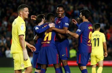 Yerry Mina, Lionel Messi y Luis Suárez felicitan a Dembelé tras marcar el quinto gol.