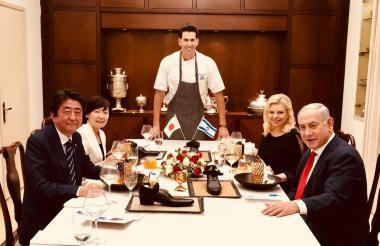 El primer ministro japonés, Shinzo Abe, quien cenaba en la residencia oficial de su homólogo israelí Benhamin Netanyahu –anfitrión de la visita oficial-, junto a las esposas de ambos.