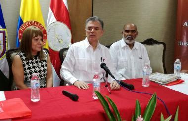 El presidente del Consejo de Estado, Germán Bula Escobar, acompañado de los magistrados de ese mismo tribunal, Sandra Berrío y Carmelo Perdomo, en la Universidad del Sinú, en Montería.