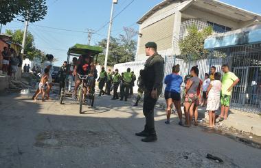 Uniformados en plena vigilancia en el barrio Rebolo, en el suroriente.