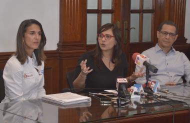 Yaneth Giha, ministra de Educación; Claudia Da Cunha, rectora de Uniautónoma, y Mariano Espitia, vicepresidente de Quintal y miembro de la Andi.