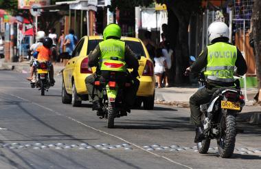 Dos patrullas de la Policía, en plena vigilancia diurna por una arteria vial de la ciudad de Barranquilla.