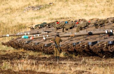 Los tanques Merkava Mark IV se despliegan cerca de la frontera siria en los Altos del Golán anexionados por Israel.