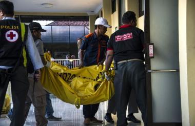 Personal de organismos de socorro conduce a una víctima del atentado de este domingo en Indonesia.