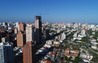 La panorámica muestra un edificio en construcción en el norte de Barranquilla.