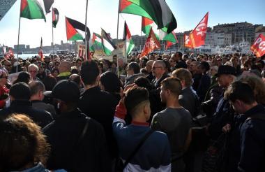 Decenas de manifestantes que agitan banderas de Palestina salieron este martes a las calles de Marsella, Francia, para protestar contra los bombardeos de Siria en Gaza.