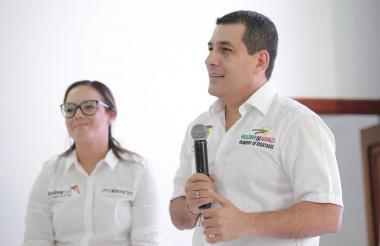 El el Gobernador de Bolívar, Dumek Turbay, acompañado de Cecilia Baena en la presentación en los diseños de las obras para los Juegos Nacionales 2019.