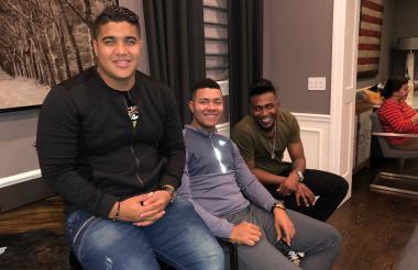 El director de Operaciones de la empresa que representa a los colombianos en EE.UU., Jair Rojo, y los lanzadores colombianos José Quintana y Julio Teherán.