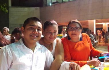 Los periodistas María Victoria Bustamante, Laura Toscano y José Carlos Iriate Díaz.