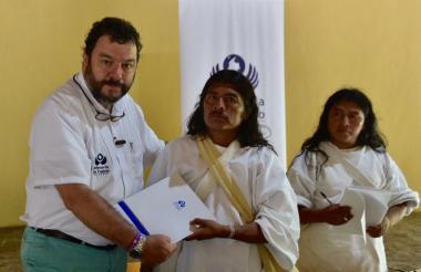 El Defensor Carlos Alfonso Negret Mosquera entregó la Alerta Temprana a líderes indígenas.