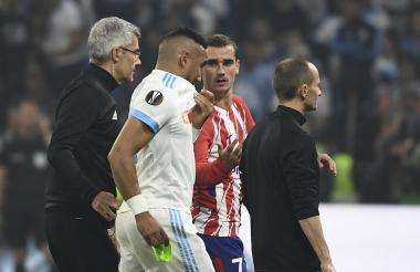Momento en el que Dimitri Payet se retira en medio de lágrimas. Es acompañado por su compatriota Griezmann.