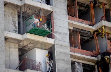 Trabajadores en un edificio en construcción en un barrio del norte de Barranquilla.