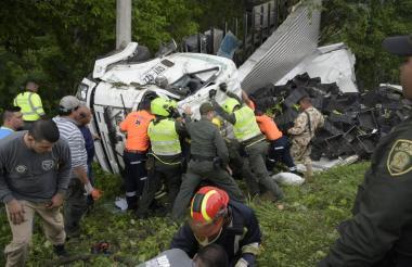 Bomberos, policías y personal de la Defensa Civil participaron de las labores de rescate del conductor.