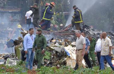 Organismos de socorro intentan recuperar algunas de las víctimas del siniestro aéreo de este viernes en La Habana.