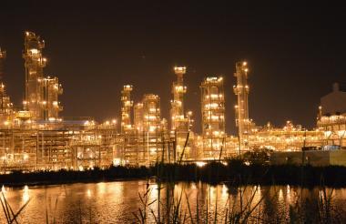 Vista nocturna de la Refinería de Cartagena (Reficar) que fue la compañía con mayores ingresos en la Costa Caribe durante 2017.