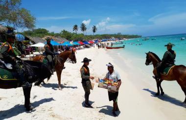 Miembros de la Policía, adscritos al Grupo de Carabineros, patrullan Playa Blanca.